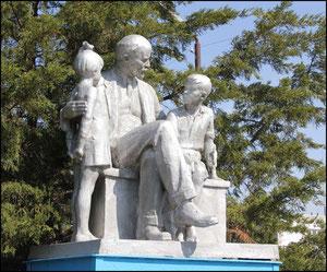 """памятник """"Ленин и дети"""" в сквере, в центре"""
