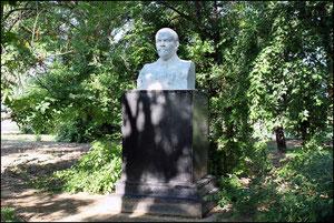 Бюст Ленина в сквере. фото А.Тихонова, 2011 год
