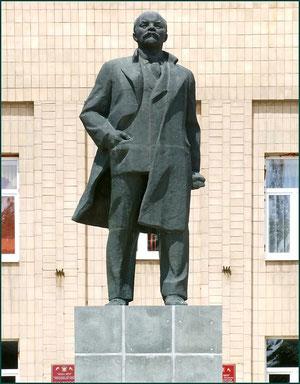 Памятник Ленину у здания Администрации . фото А.Тихонова
