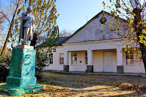 Памятник Ленину в сквере и СДК