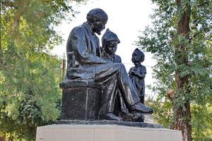 Памятник Ленин и дети у правления