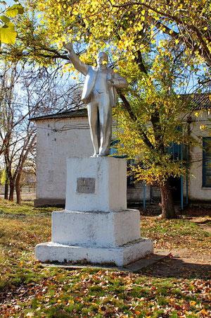 Памятник Ленину у клуба в центре