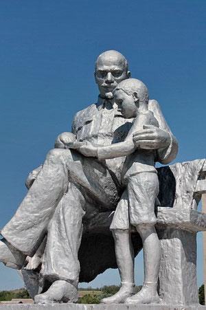 памятник Ленин и дети в центре