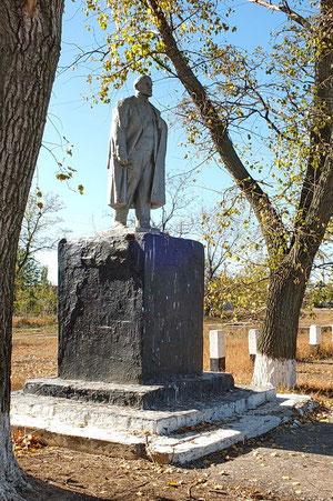 Памятник Ленину в центре,за музеем