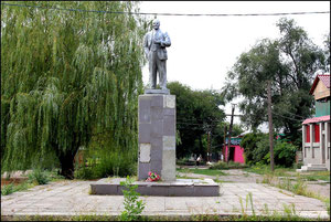 Памятник Ленину в в центре, у дома пионеров