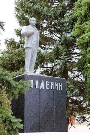 Памятник Ленину на площади у Д/К