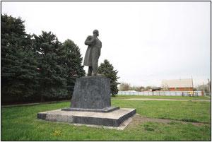 памятник Ленину возле правления колхоза имени Ленина