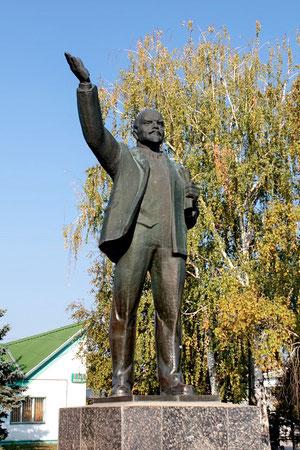 Памятник Ленину в центре на площади
