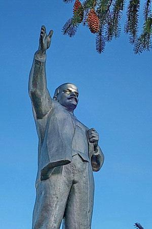 памятник Ленину в сквере перед администрацией района