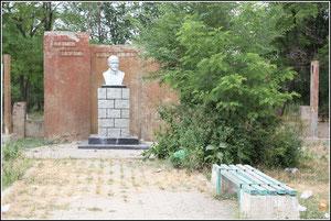 Бюст Ленину в сквере перед СДК