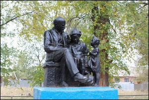 """памятник """"Ленин и дети"""" у школы. фото Александра Тихонова"""