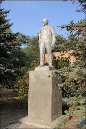 памятник Ленина у клуба