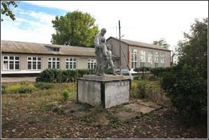"""Памятник """"Ленин и дети"""" перед школой. фото А.Тихонова,сентябрь 2011"""