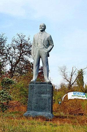 Памятник Ленину на центральной улице у ДК