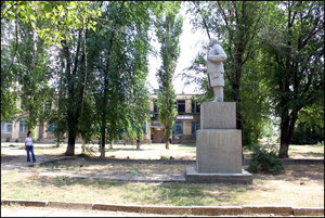памятник Ленину в парке.