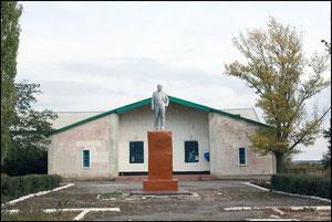 памятник Ленину у сельского Дома культуры. фото Александра Тихонова