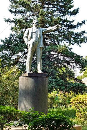 памятник Ленина напротив ДК в парке