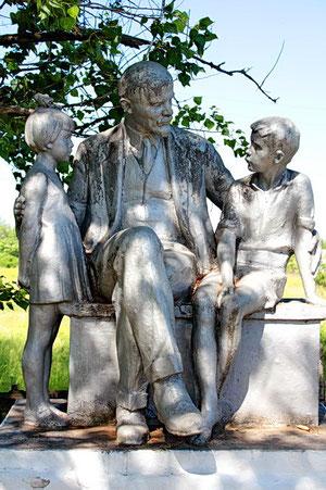 памятник Ленин и дети в школьном сквере