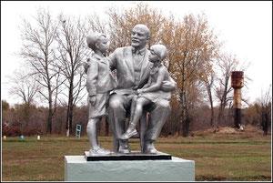 """Памятник """"Ленин и дети"""" возле Грузиновской средней школы"""
