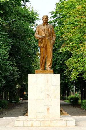 Памятник Ленину в парке Юность