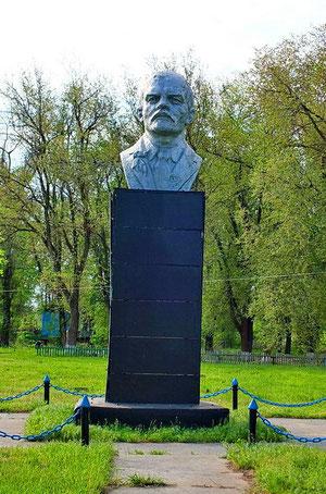 памятник Ленина у правления