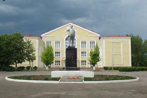 памятник Ленину в центре, у ДК