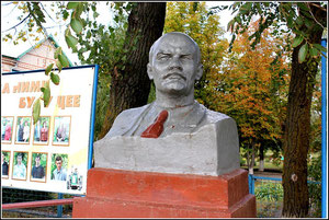 Бюст Ленина на площади перед школой