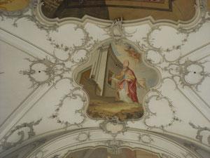 Die Deckengemälde der Kirche erzählen Legenden vom Heiligen Nikolaus.