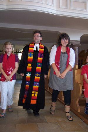 Unsere Konfirmandinnen mit Gehörlosenseelsorger Joachim Klenk ziehen zum Konfirmationsgottesdienst, 16.07.2010, in die Kirche Zell ein.
