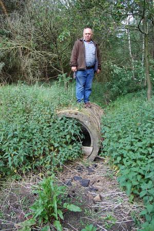 Bach ohne Wasser in Holdorf-Grandorf - verzweifelt zeigt Landwirt Heinrich Pöppelmann das Ausmaß der offensichtlichen Schäden; Foto: Frye / NABU 2011