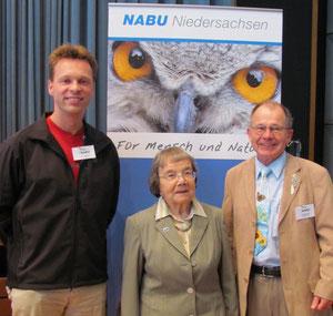 Jörg Schneider aus Lohne (links) nach der Verleihung des silbernen NABU-Ehrenabzeichens in Osnabrück mit weiteren Geehrten; Foto: NABU 2011