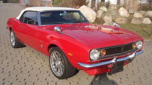 roter Mustang mit hell beigen Vinyl Dach