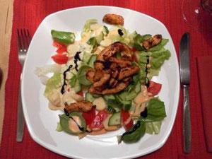 Hähnchenbrustfilet auf Salat mit Basilikum... in der Fleischpfanne gebraten (lach)
