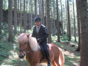 Andreas, unser Rittführer vor einer Felswand im Wald