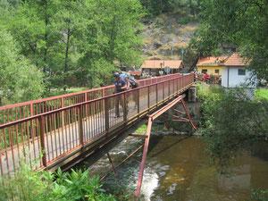 einzeln über eine laute, stählerne Brücke