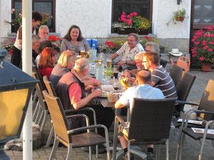 fröhliche Runde beim Abendessen, ergänzt durch Wolfgang Lake-Schwarznecker + Frau, sowie Gerd Blank, der für die Rittvorbereitung in Sachsen viele bürokratische Hürden beseitigt hat...