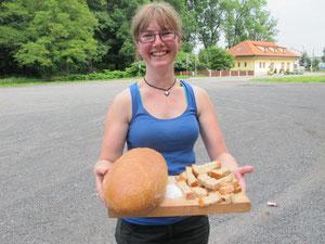 die Tradition: Brot und Salz zur Begrüßung - und DIESES Lächeln!