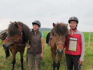 links Teresa, rechts Anna, unsere  Führerin in Tschechien