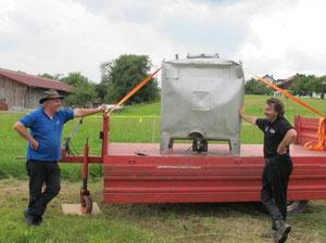 Franz und Mario testen den Wassertank in Haiming