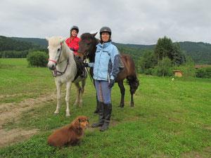 Anja Huber, die die Strecke vorbereitete, kam spontan mit ihrer Tochter Annika (und Hund Rosi) dazu.