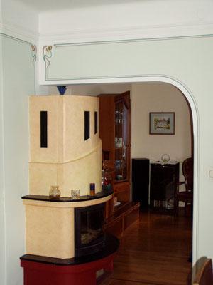 Wohnbereich mit Stukkprofilen und Jugenstilmalerei