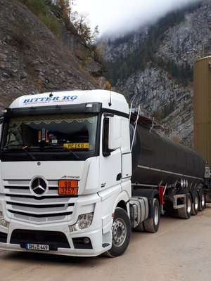 Tankwagen der Bitter KG vor Bergkulisse