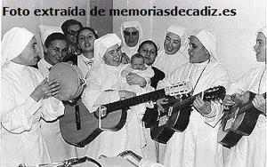 Grupo de enfermeras y varias hijas de la Caridad cantando en el Hospital de Mora