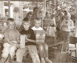 Ferienaktivität in der betreuten Grundschule: Mit Otto Bies bauten die Kinder Nistkästen. (we)