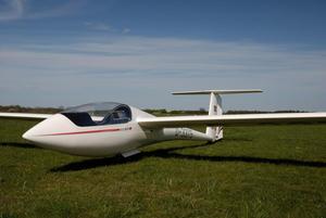 Die ASW-19 auf dem Segelfluggelände.