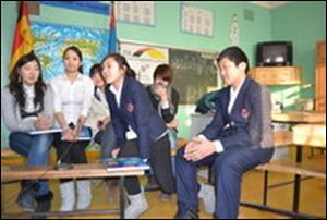 Khongorzul, Enkhjin, Ankhtsetseg, Purevsuren, Saruul und Naran im Gespräch mit den armenischen Deutschlernern.