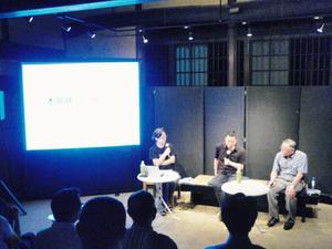 トークショーで語り合う。左から山口裕美さん、本田健さん、右は地元出身の彫刻家水谷靖さん