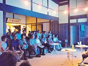 現代アートならでは。作家のライブな話に聴き入る参加者たち