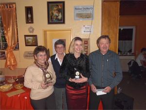 Auszeichnung für Erfolge bei den Bezirksmeisterschaften für Ellen ganz links und Yvonne zweite von rechts zusammen mit Ute und Thomas