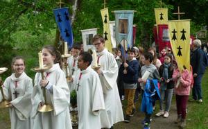 P. Yves Tano avec tous les servants d'autel, quelques minutes avant le début de la messe de clôture de la semaine missionnaire (octobre 2017)